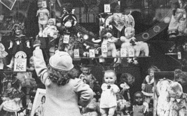 nena mirant lot de nadal al aparador